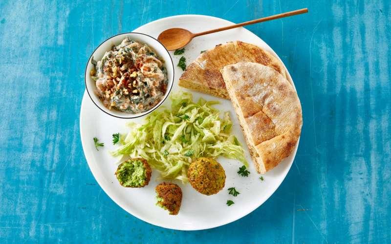 Falafel med pitabrød, salat og dip på tallerken