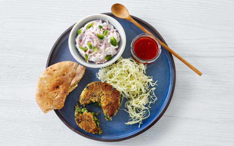 Hara Bare kebab på tallerken med brød, salat og dip