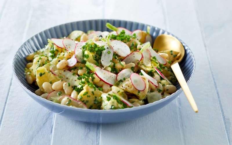 Laurbærkartofler i salat i skål