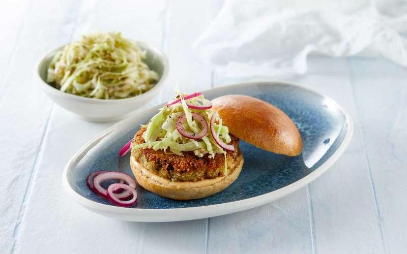 Selleribøf serveret som burger i brioche og med cole slaw